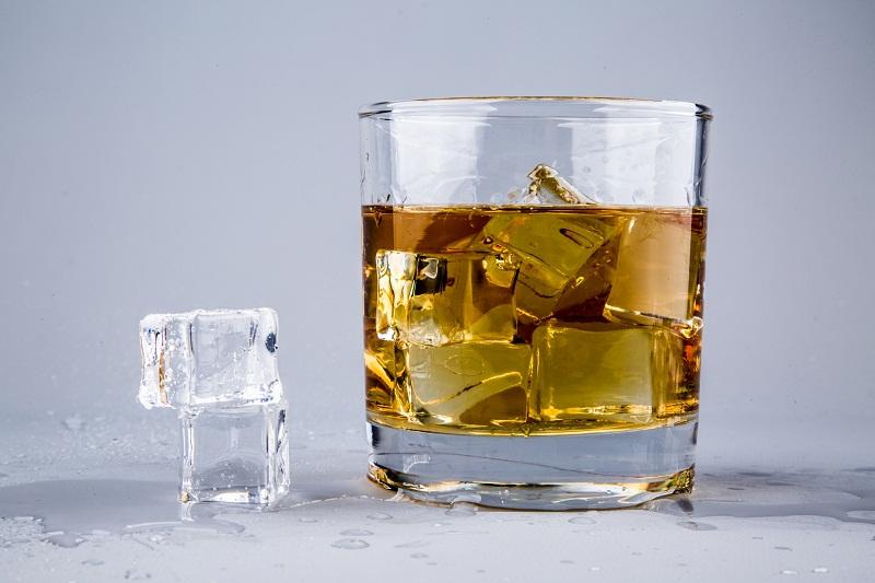 viski u casi sa ledom